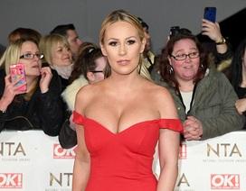 Người đẹp Anh diện váy đỏ trễ nải