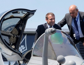 """Tổng thống Pháp """"lái thử"""" máy bay tại triển lãm hàng không lớn nhất thế giới"""