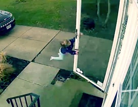 Clip em bé suýt bị gió thổi bay khi mở cửa vào nhà
