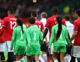 Vì sao 11 cầu thủ MU ra sân với cái tên lạ hoắc?