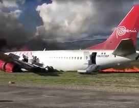 Máy bay chở 141 hành khách bốc cháy dữ dội khi hạ cánh