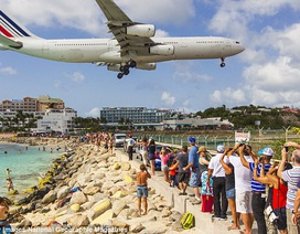 Xem máy bay cất cánh, nữ du khách tử nạn vì bị thổi bay