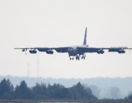 Máy bay ném bom B-52 của Mỹ rơi động cơ giữa trời