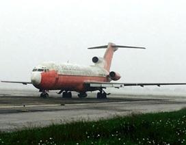 """Dùng kích 50 tấn di chuyển máy bay bị """"bỏ rơi"""" 10 năm ở Nội Bài"""