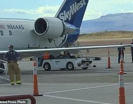 Máy bay Mỹ hạ cánh khẩn cấp vì rơi một phần động cơ
