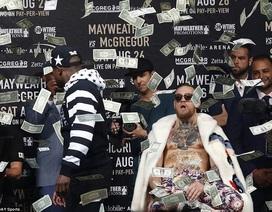 Mayweather ném tiền thật vào người McGregor
