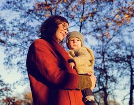 Nguyên nhân mẹ và bé cùng thích ôm người kia ở phía bên trái của mình