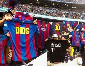 """CĐV Barcelona """"nhái lại"""" kiểu ăn mừng của Messi ở trận El Clasico"""