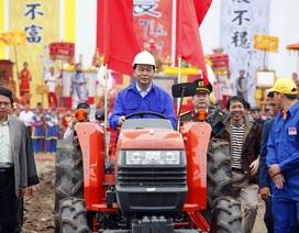 Chủ tịch nước lái máy cày trong lễ hội Tịch điền Đọi Sơn