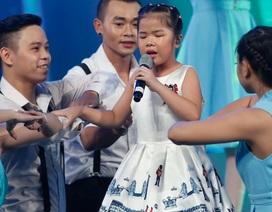 Văn Mai Hương bật khóc trước sự dừng chân của cô bé khiếm thị