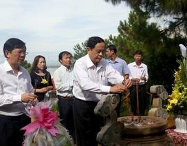 Chủ tịch Ủy ban Trung ương MTTQ Việt Nam viếng mộ Đại tướng Võ Nguyên Giáp