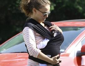 """""""Thiên nga đen"""" Natalie Portman địu con mới sinh ra phố"""