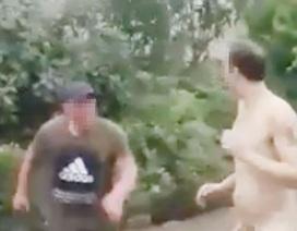 Clip khỏa thân đánh nhau ngoài đường phố gây sốc cộng đồng mạng