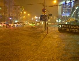 Mưa xối xả chiều cuối tuần, đường phố TPHCM ngập sâu trong biển nước