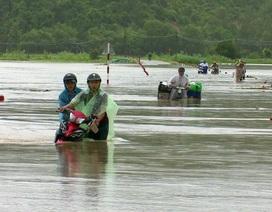 Nước sông đang dâng cao, một số nơi bị chia cắt, thủy điện tiếp tục xả lũ
