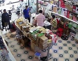Đi mua bóng đèn, bị trộm cạy cốp xe lấy 15 triệu đồng
