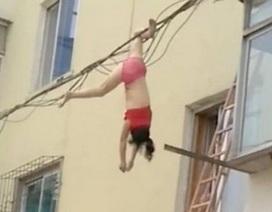 """Gặp vợ của bồ """"truy kích"""", cô gái bị treo lơ lửng trên dây điện"""