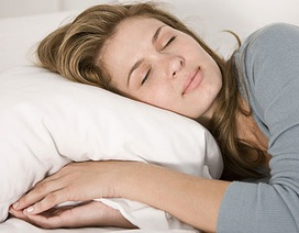 """Tại sao ngủ nghiêng """"tiếp tay"""" cho nếp nhăn?"""