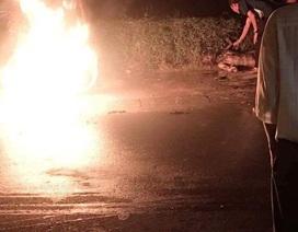Người đàn ông bốc cháy ngùn ngụt bên can xăng giữa phố