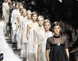 """""""Bỏ quên"""" 150 người mẫu trong cầu thang tối suốt 3 giờ"""