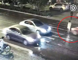 Người phụ nữ bị xe cán 2 lần, không ai quan tâm