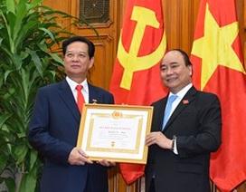 Thủ tướng trao huy hiệu 50 năm tuổi Đảng cho người tiền nhiệm Nguyễn Tấn Dũng