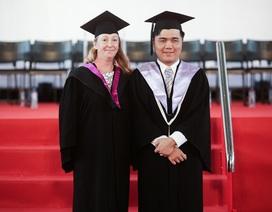 Nguyễn Tuấn Tú - sinh viên khiếm thị nhận bằng tốt nghiệp loại giỏi