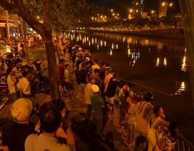 Người dân vây kín cầu xem cảnh sát mò tìm người mất tích