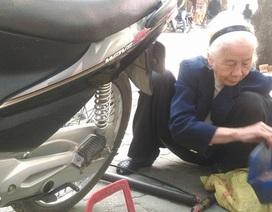 Cụ bà 90 tuổi vẫn hằng ngày miệt mài vá xe trên phố Hà Nội