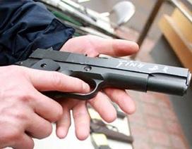 Bắt côn đồ nổ súng bắn vỡ cửa kính quán karaoke để thị uy