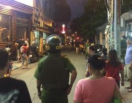 Nổ súng khống chế thanh niên cầm dao chống đối cảnh sát
