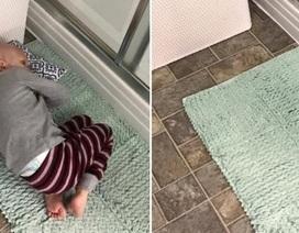 Thắt lòng hình ảnh em bé ung thư nằm cửa nhà tắm chờ mẹ