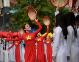3.000 bạn trẻ diện áo dài xếp hình bản đồ Việt Nam trên phố đi bộ