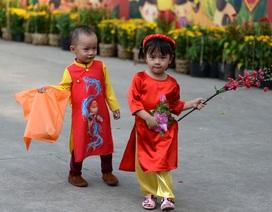 Trẻ em diện áo dài tung tăng trên phố chiều cuối năm ở Sài Gòn