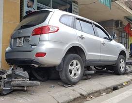 Ô tô lao qua trái đường, tông hàng loạt xe máy