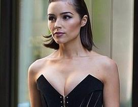 Cựu hoa hậu hoàn vũ khoe ngực đầy trên phố