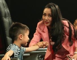 Ốc Thanh Vân mang theo 3 con khi quay hình vì quá bận rộn