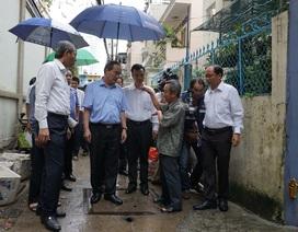 """Người dân nơi """"cứ mưa là ngập"""" kể khổ với Bí thư Nguyễn Thiện Nhân"""