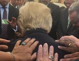 Ảnh mục sư Mỹ đặt tay lên lưng Tổng thống Trump cầu nguyện gây sốt