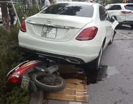 Xe Mercedes tông liên tiếp nhiều phương tiện trên phố Xã Đàn