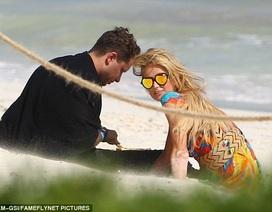 """Paris Hilton """"tình tứ"""" trai lạ trên biển"""