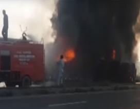 """Nổ xe chở dầu ở Pakistan, 132 người chết vì """"hôi của"""""""