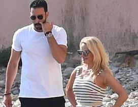 Pamela Anderson hẹn hò cầu thủ bóng đá kém 18 tuổi?
