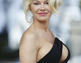 """Pamela Anderson khoe ngực """"khủng"""" đi xem thời trang"""
