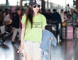 """Phạm Băng Băng cực """"chất"""" với quần jeans rách tại sân bay"""