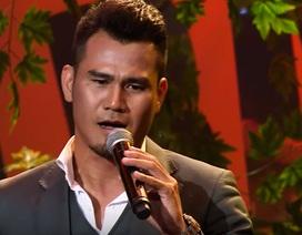 Cầu thủ Phan Thanh Bình hát gượng gạo trên sóng truyền hình