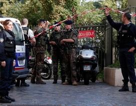 Xe ô tô lao vào nhóm binh sĩ Pháp, 6 người bị thương