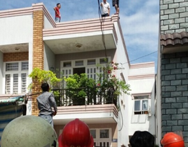 Giải cứu thanh niên cố thủ gần 1 giờ trên nóc nhà cao tầng