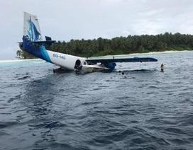Du khách trèo lên cánh máy bay để thoát hiểm khi rơi xuống biển