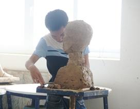 Phòng thi 1 thí sinh thi vào ngành Điêu khắc